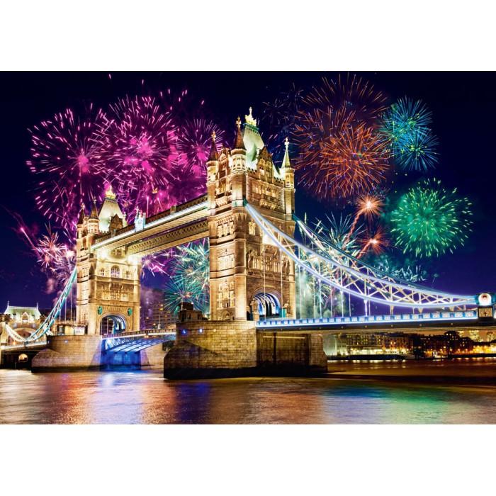 Feuerwerk über der Tower Bridge, London, Großbritannien